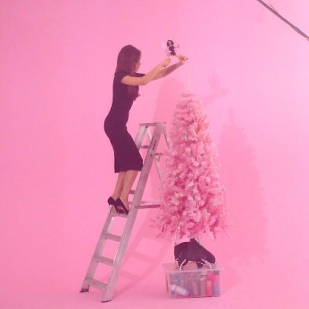 Victoria Beckham ubiera różową choinkę (FOTO)