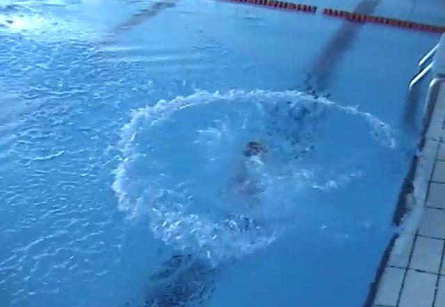 Wrzuciła do wody półtoraroczne dziecko i... (VIDEO)