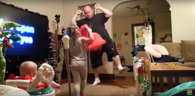 Na pewno nie zgadniecie, co robi ten ojciec (VIDEO)