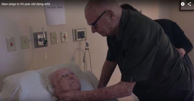 Wzruszające! Ten staruszek śpiewa umierającej żonie (VIDEO)