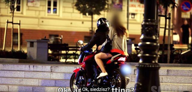 Szok! To video pokazuje, jak kobiety lecą na kasę (VIDEO)