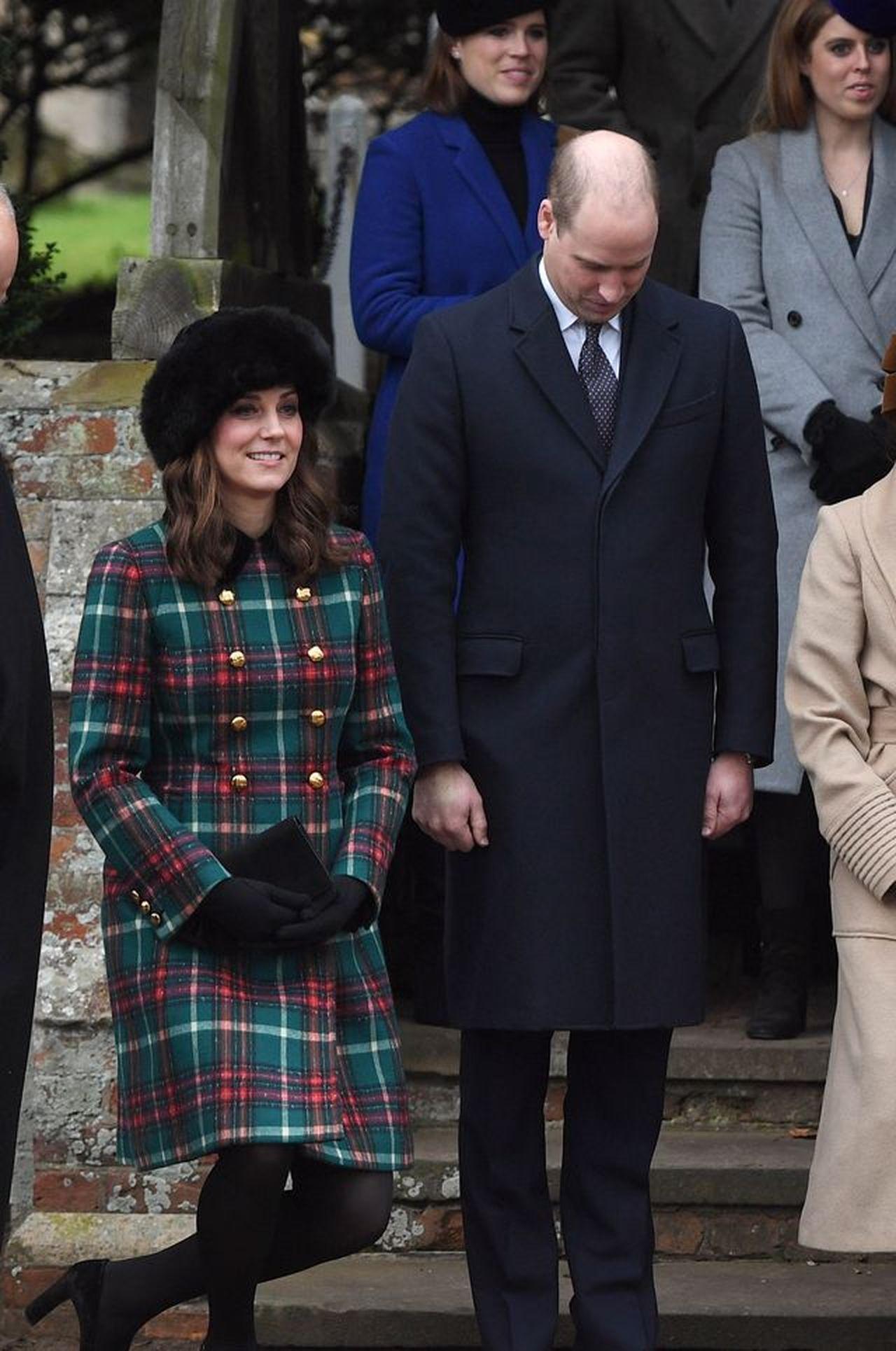 Dlaczego książę Harry nosi OBRĄCZKĘ, a książę William nie?
