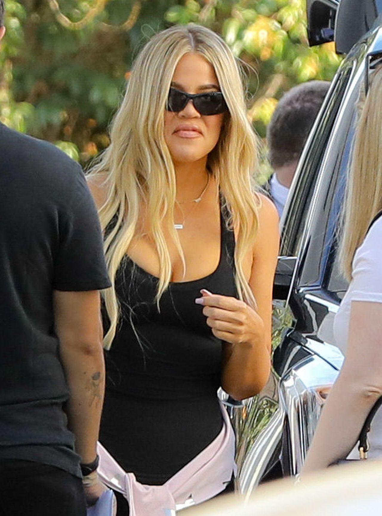 Khloe Kardashian ma nowe, platynowe doczepy. Wygląda jak anioł (ZDJĘCIA)