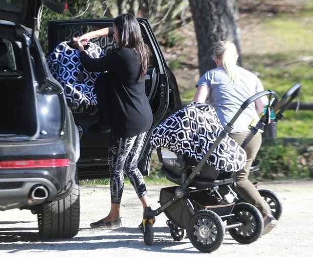 Zoe Saldana przyłapana z bliźniakami na spacerze (FOTO)
