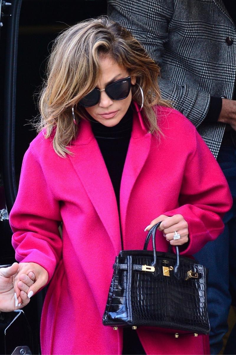 Jennifer Lopez w różowym płaszczu