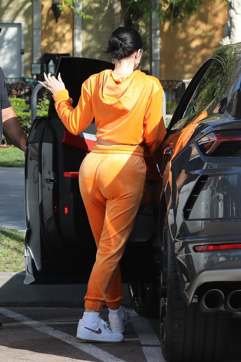 Kylie Jenner w welurowym, pomarańczowym dresie w Calabasas eksponuje pupę na lunchu