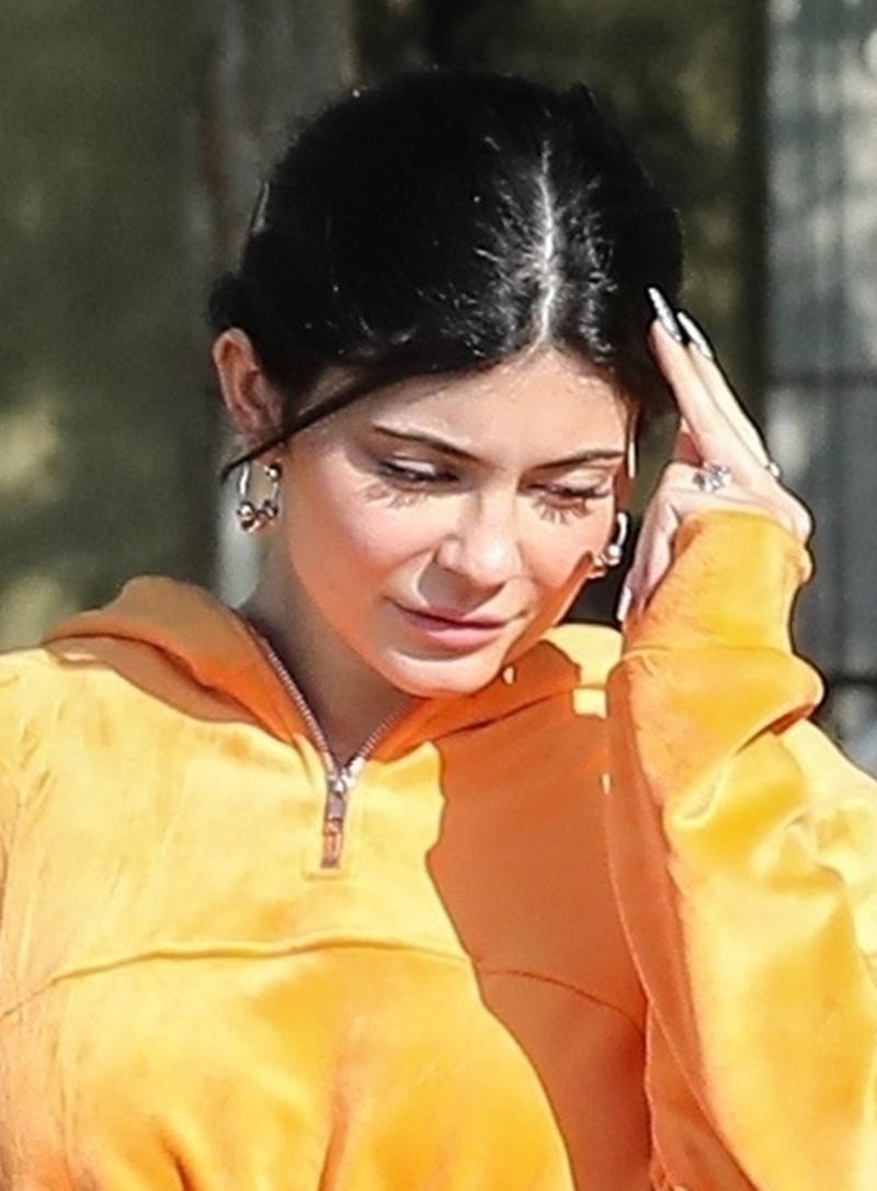 Kylie Jenner w welurowym, pomarańczowym dresie w Calabasas