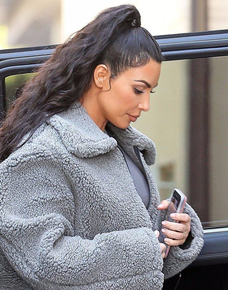 Kim Kardashian w szarym futerku