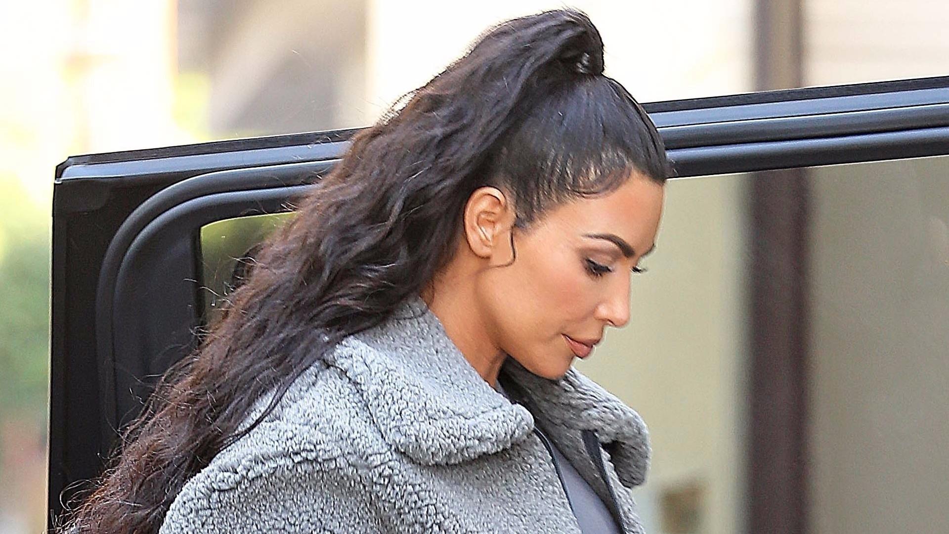 Kim Kardashian – pani Grey. Celebrytka w szarym futerku i ulubionych legginsach (ZDJĘCIA)
