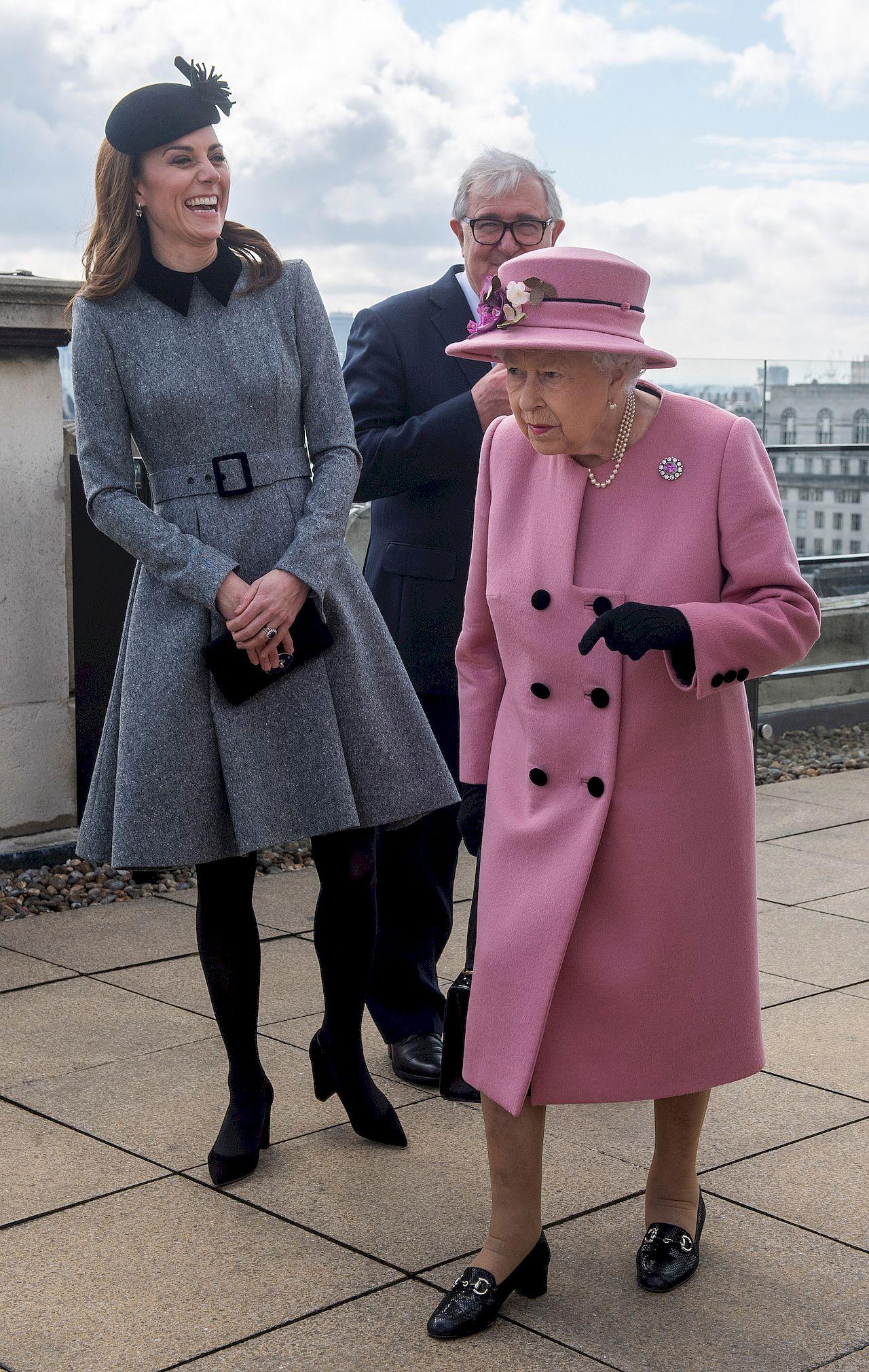Księżna Kate i królowa Elżbieta w Kings College