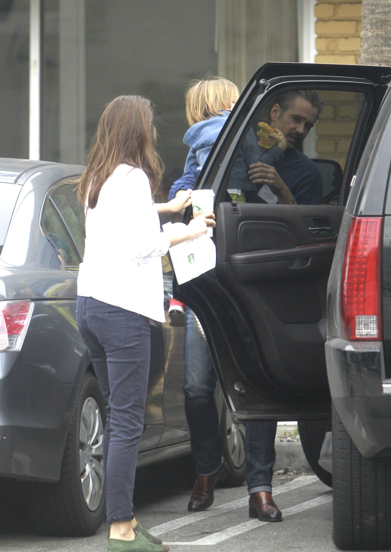 EXC: COLIN FARRELL LEAVING A STARBUCKS COFFEE SHOP IN LOS ANGELES.  / XPUSAM