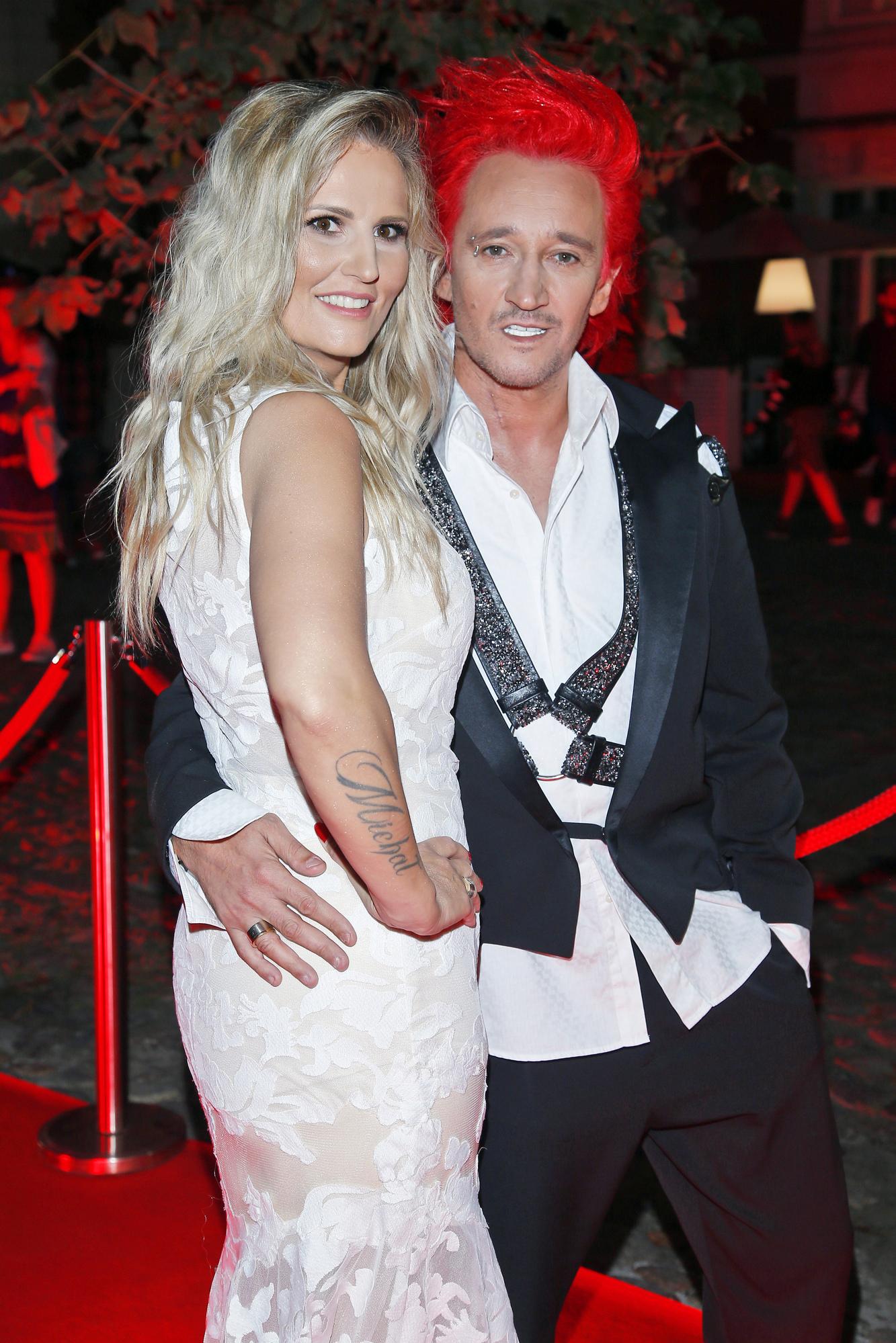 Dominika Tajner z Michałem Wiśniewskim przytulają się na imprezie
