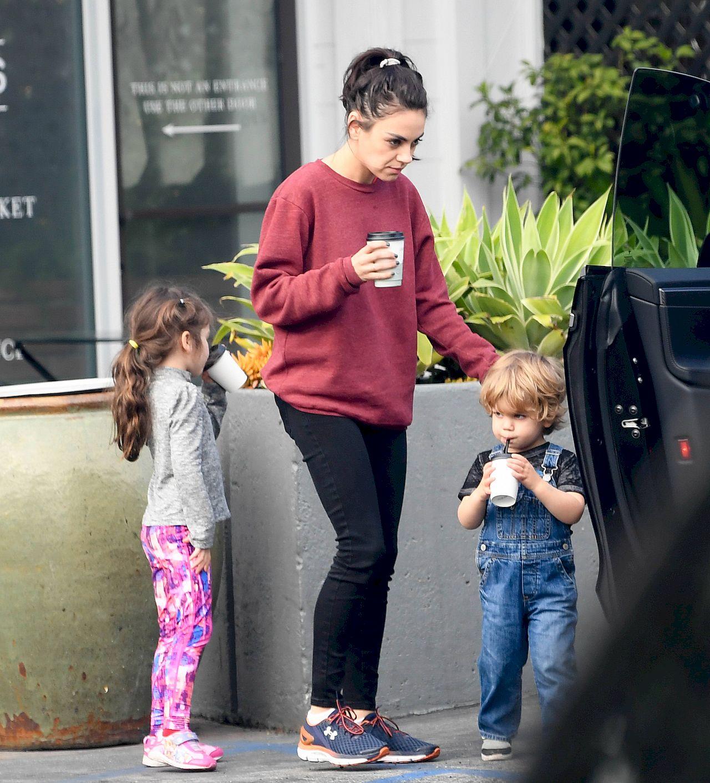 Mila Kunis i Ashton Kutcher na kawie z dziećmi