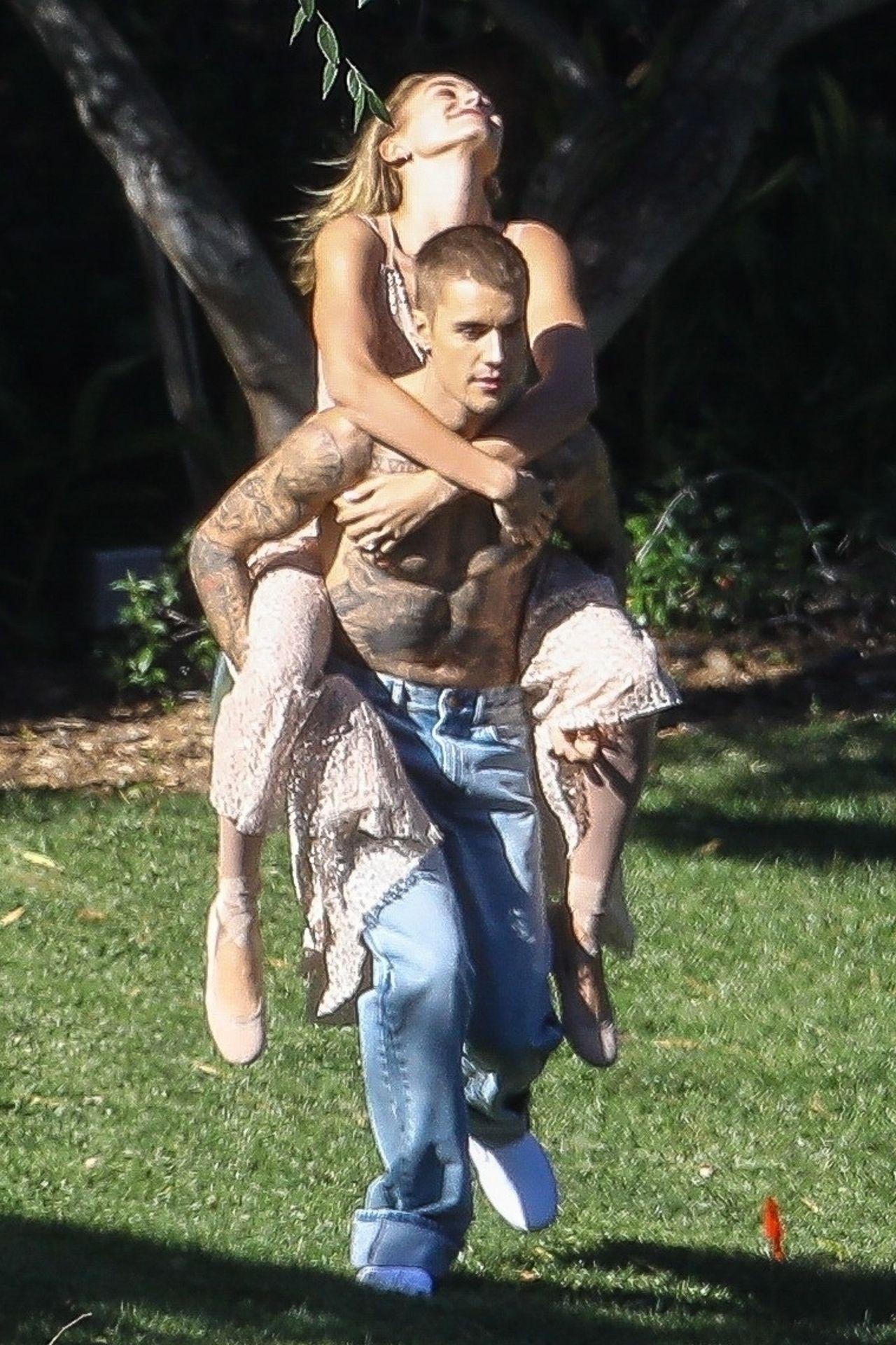 Justin Bieber nosi Hailey Baldwin na barana