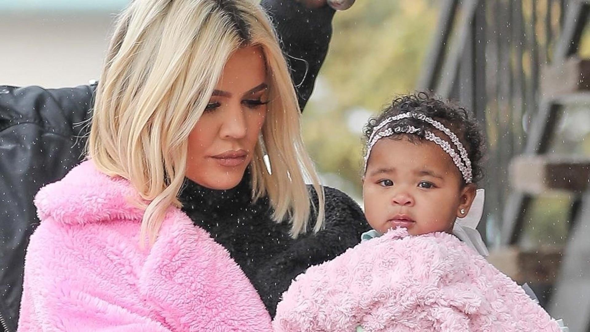 Smutna Khloe Kardashian idzie z córką w deszczu (ZDJĘCIA)