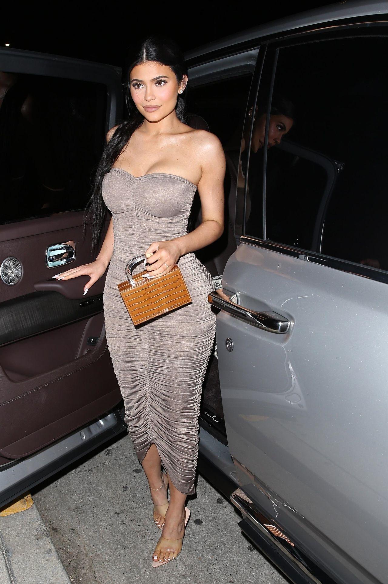 Kylie Jenner w obcisłej sukience