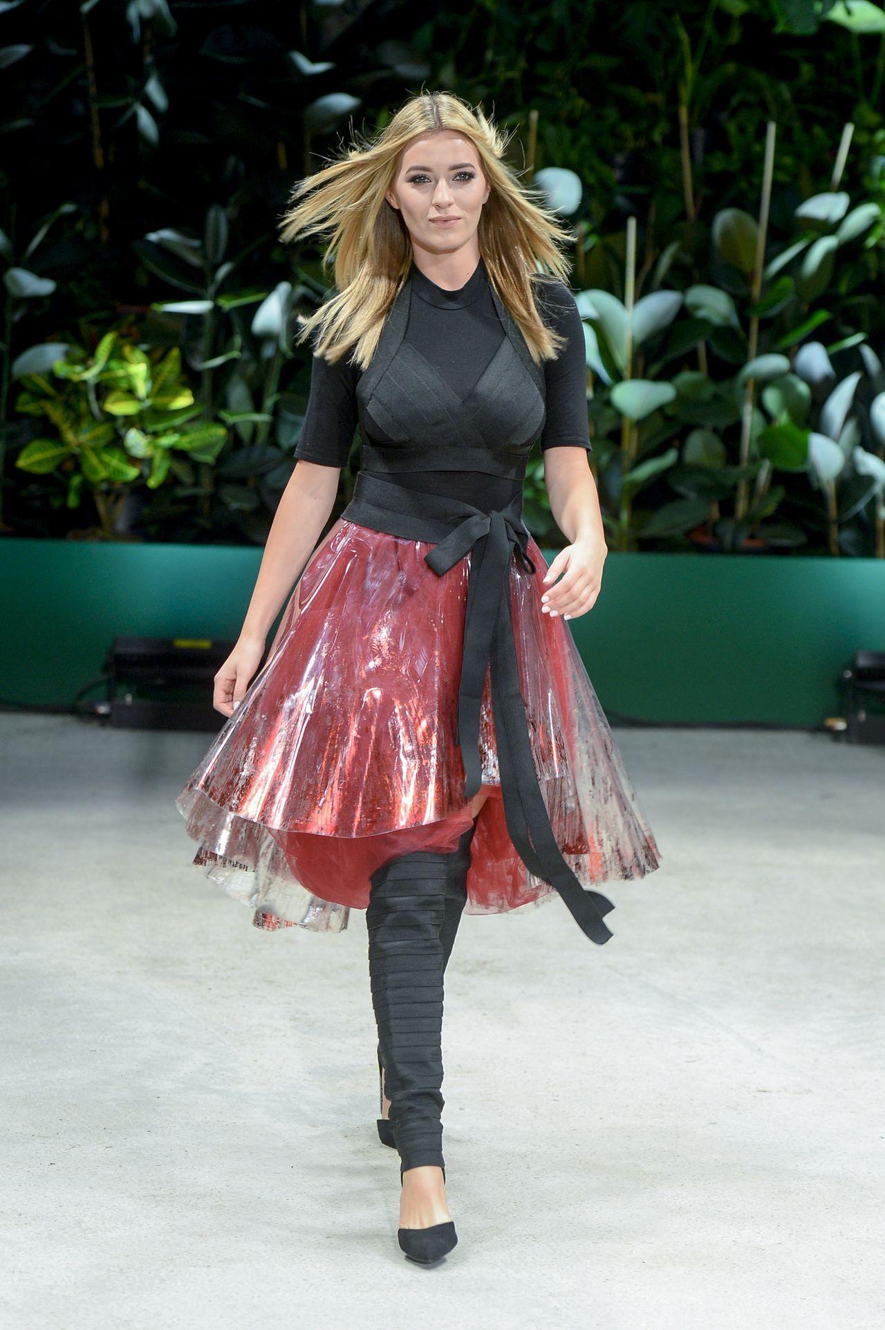 Marcelina Zawadzka na pokazie mody.
