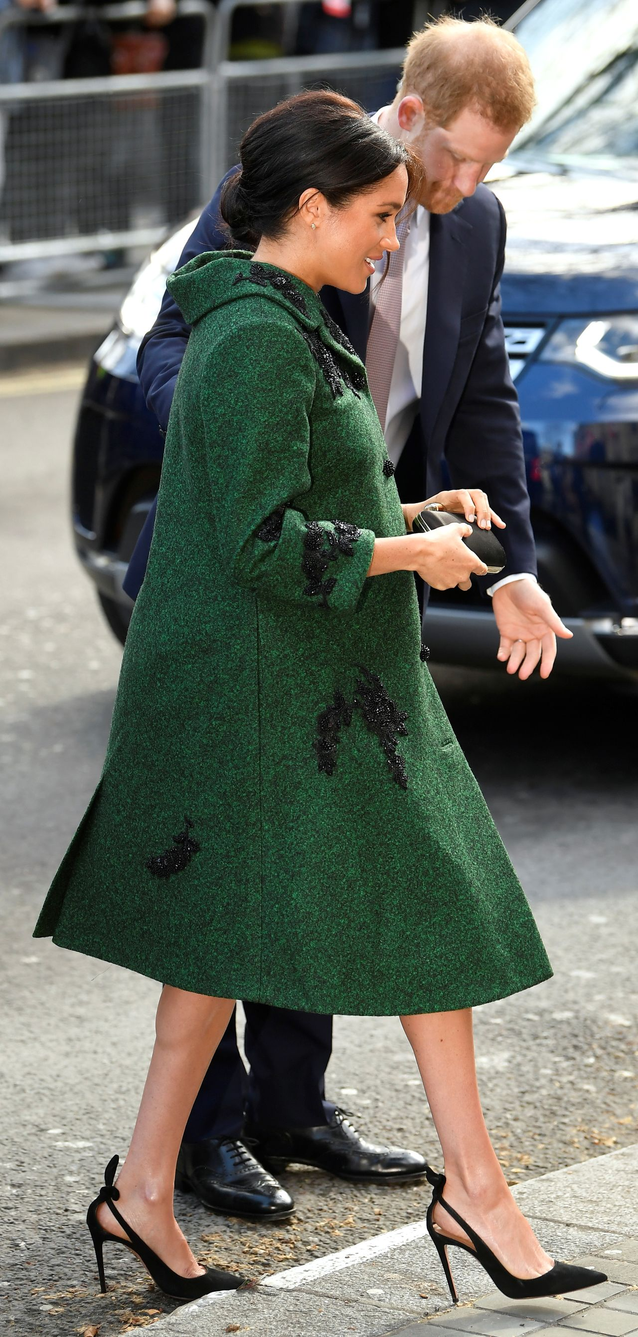 Księżna Meghan w zielonym płaszczu z księciem Harrym na obchodach Wspólnoty Narodów