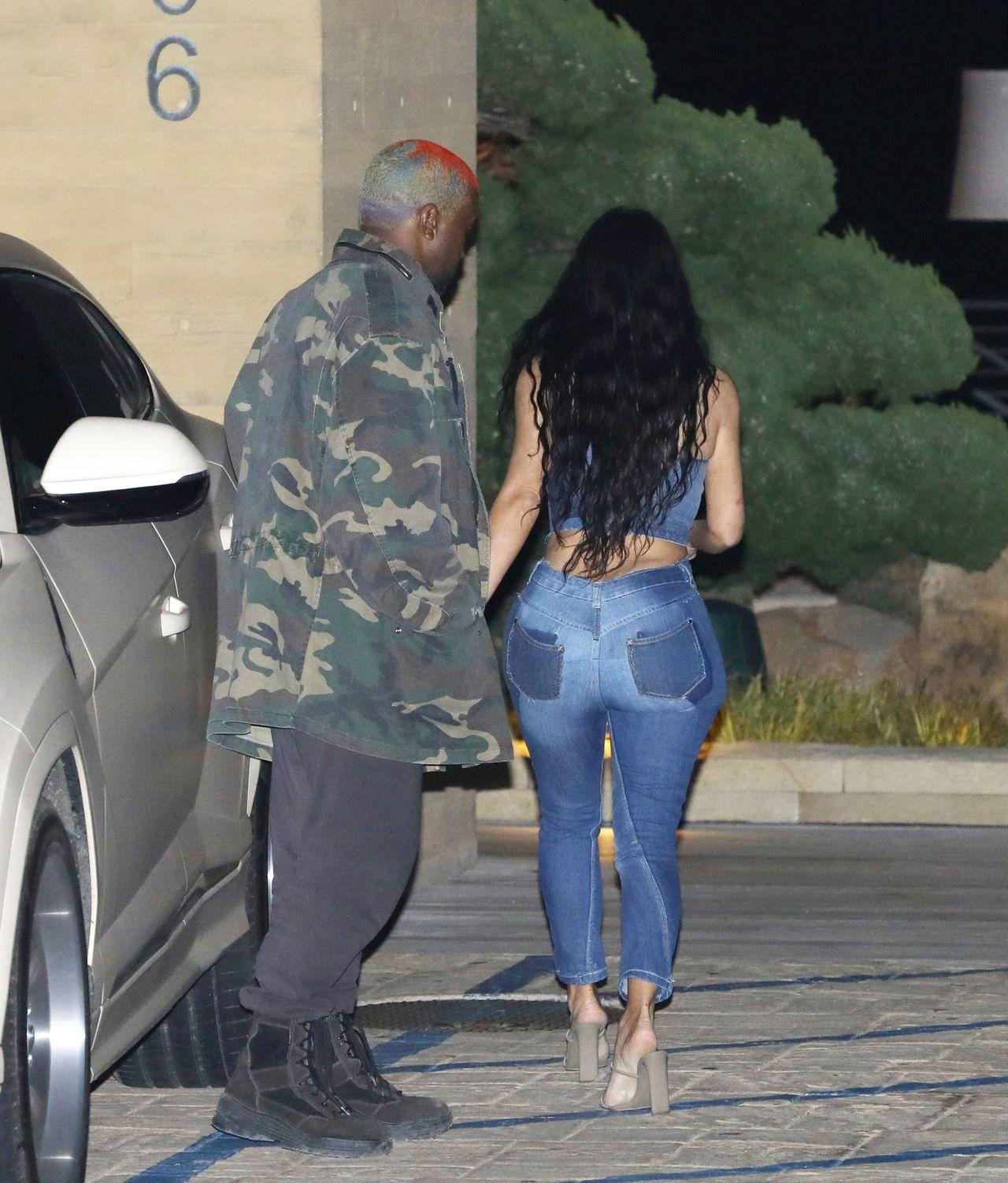 Kiedy pupa Kim Kardashian nie mieści się w dżinsach…