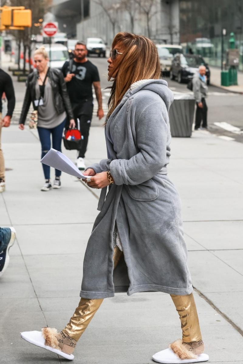Jennifer Lopez wyszła z hotelu w KAPCIACH i szlafroku!