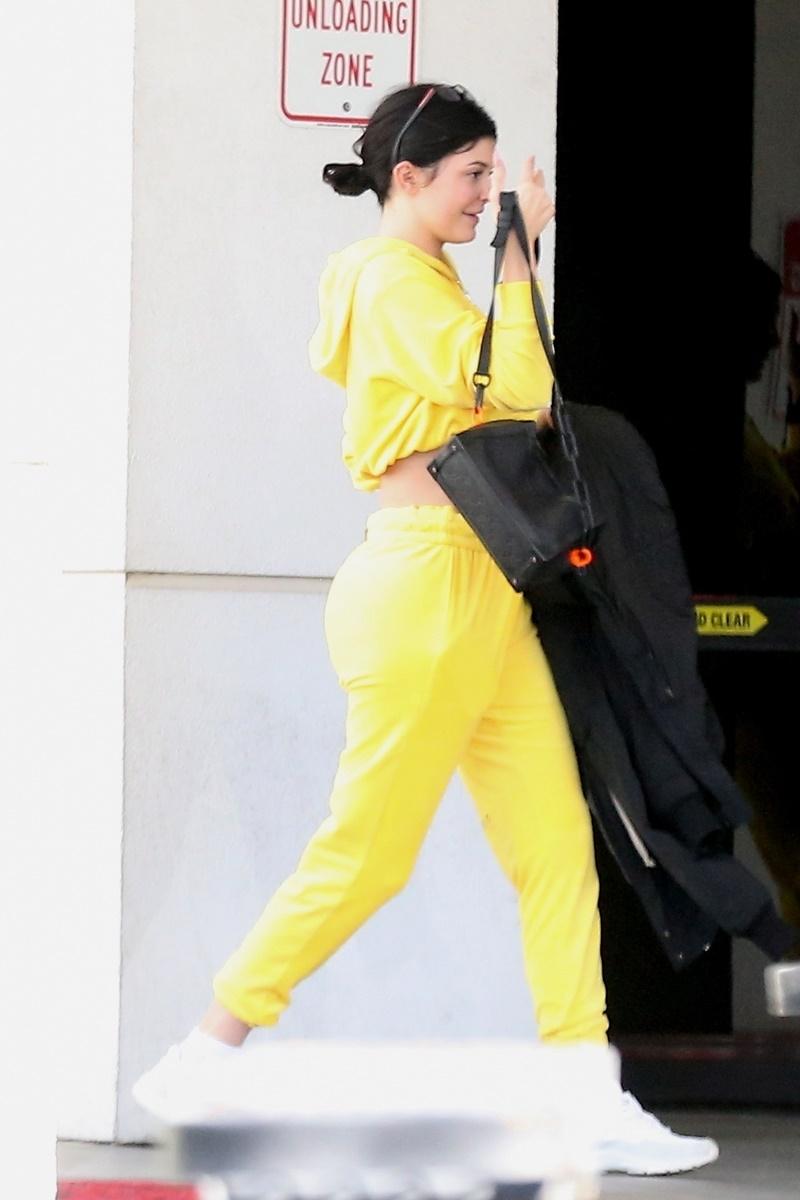 Kylie Jenner w żółtym dresie