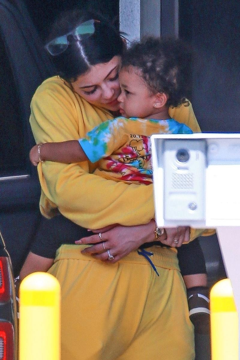Kylie Jenner bez makijażu i filtrów w żółtym dresie! Na rączkach ma córeczkę Stormi (ZDJĘCIA)