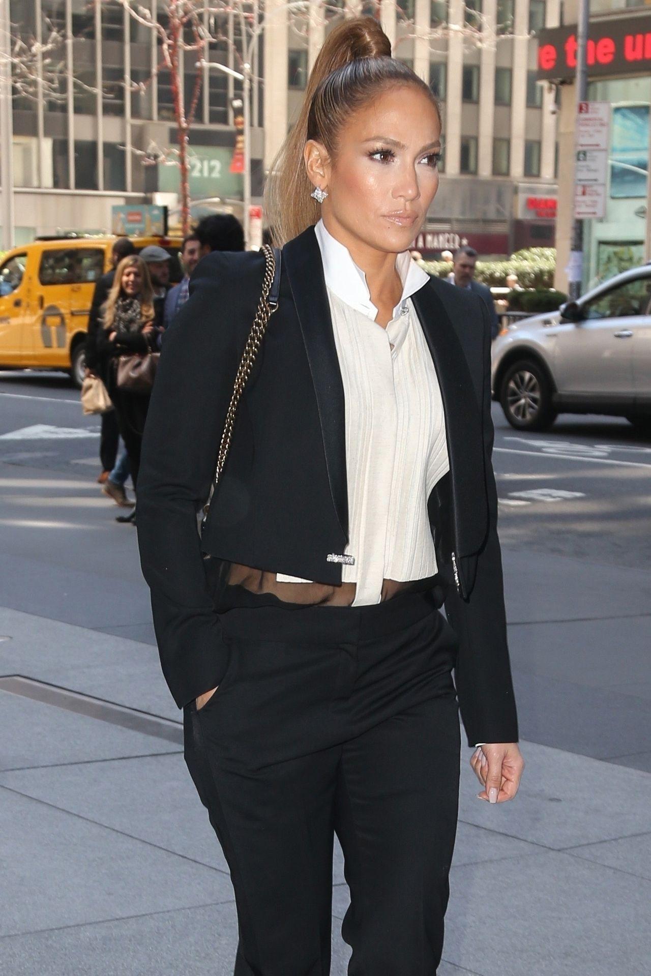 Jennifer Lopez przed studio radiowym na Manhattanie