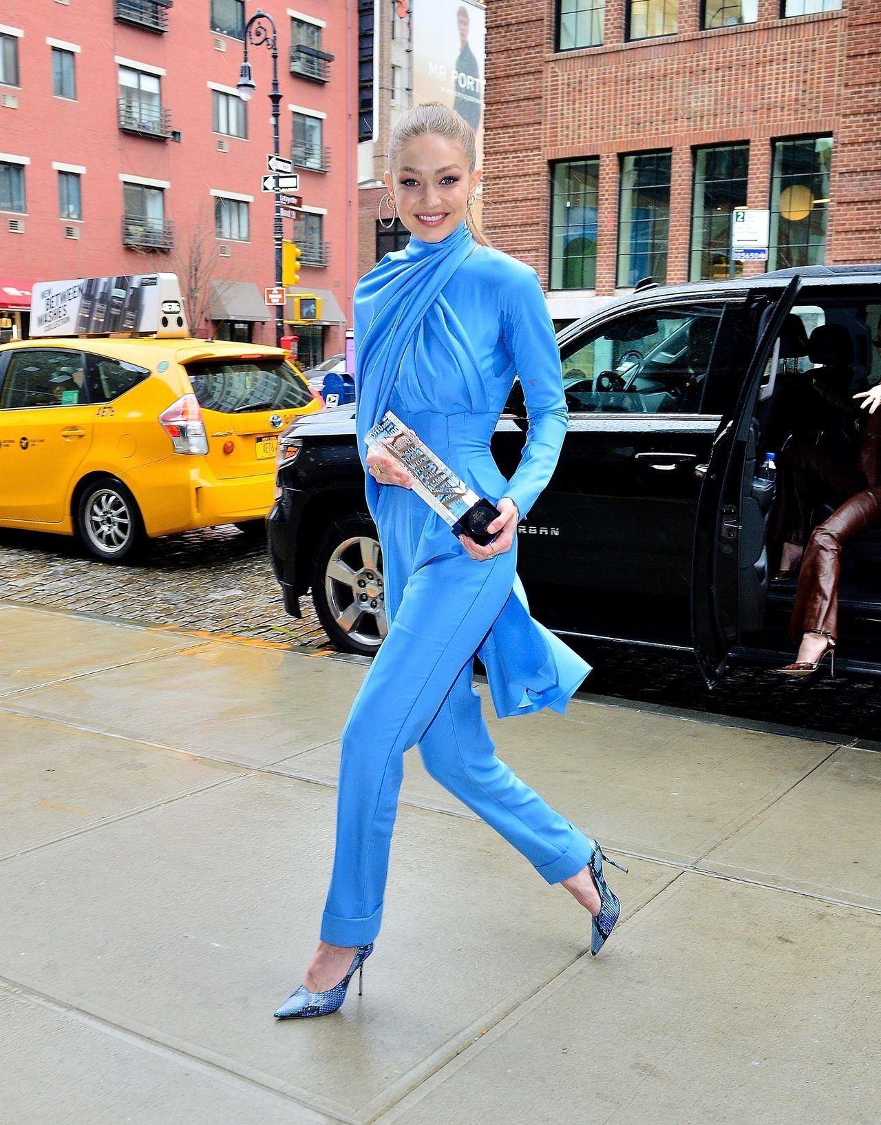 Gigi Hadid w błękitnym kombinezonie