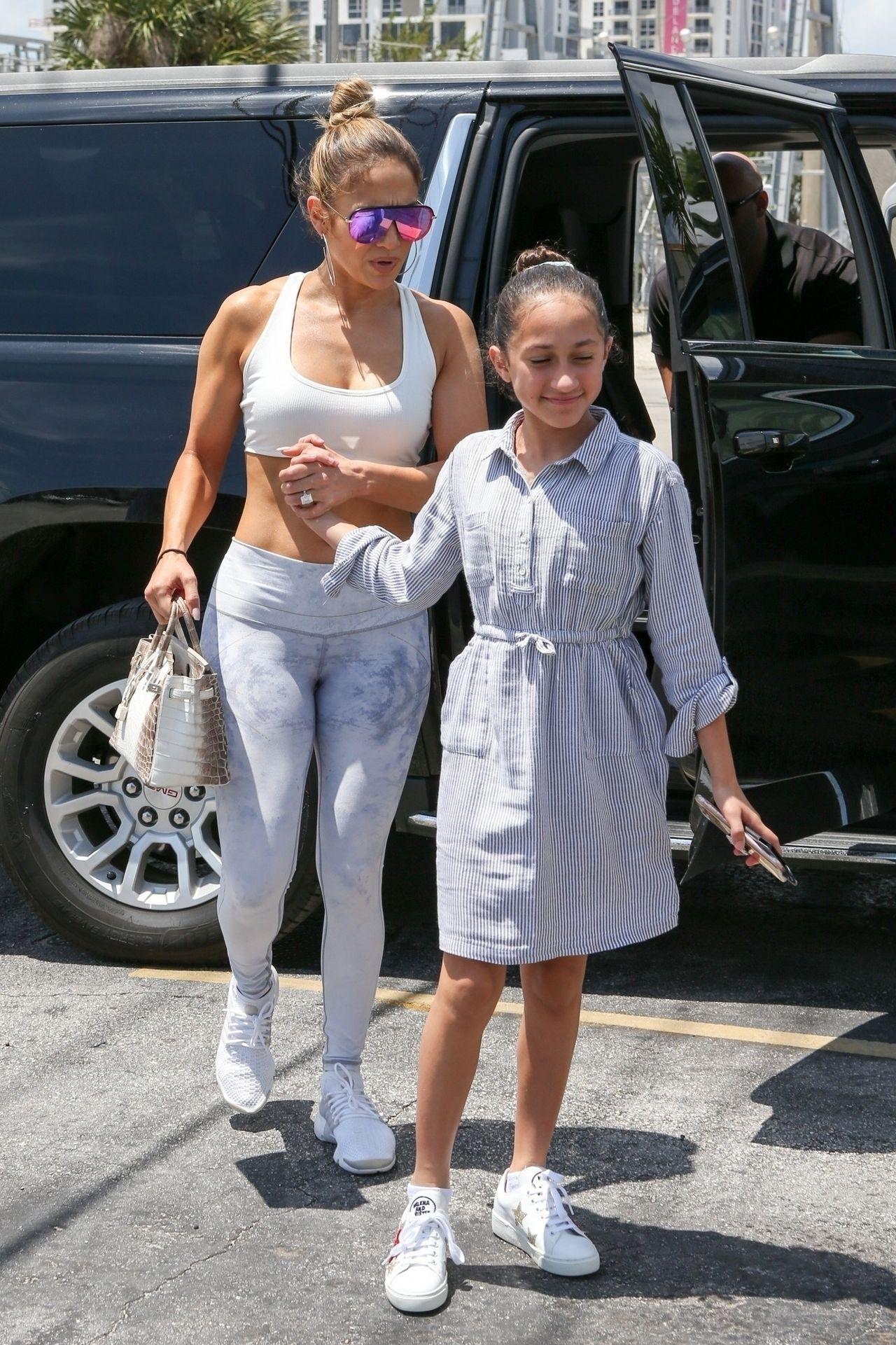 Jennifer Lopez pokazuje zgrabny brzuszek