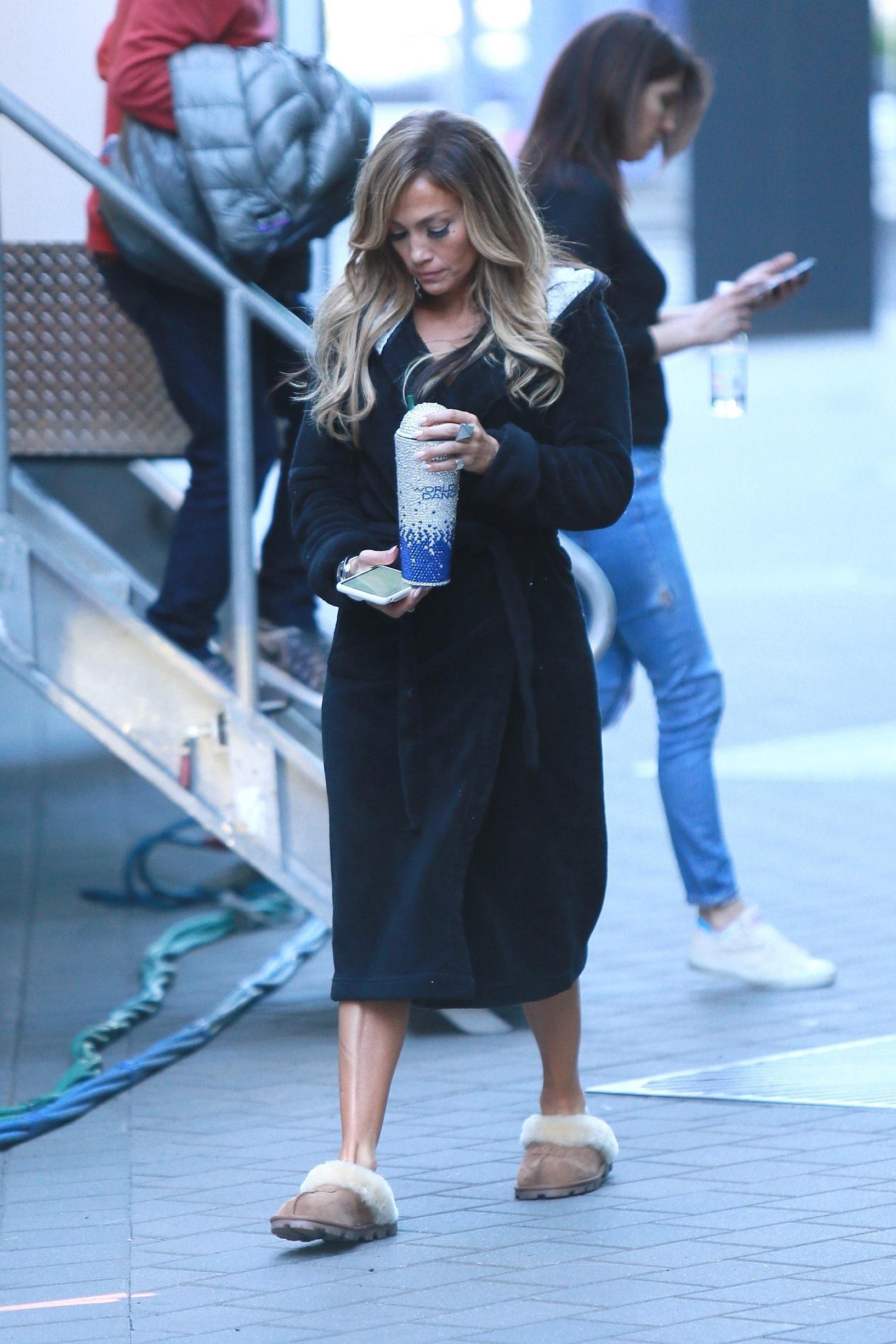 Jennifer Lopez z kawką i papieroskiem w przerwie między ujęciami