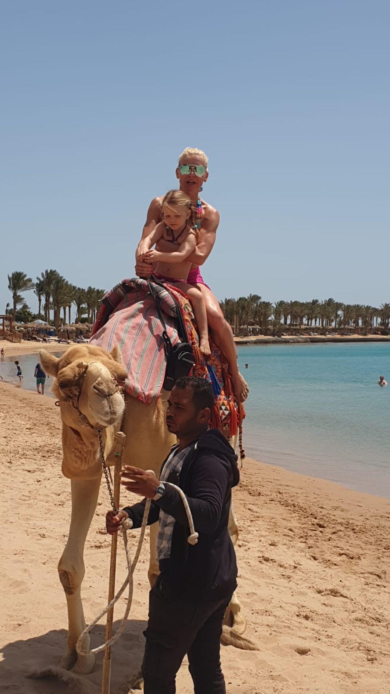 Karolina Nowakowska z córką WIktorią w Egipcie