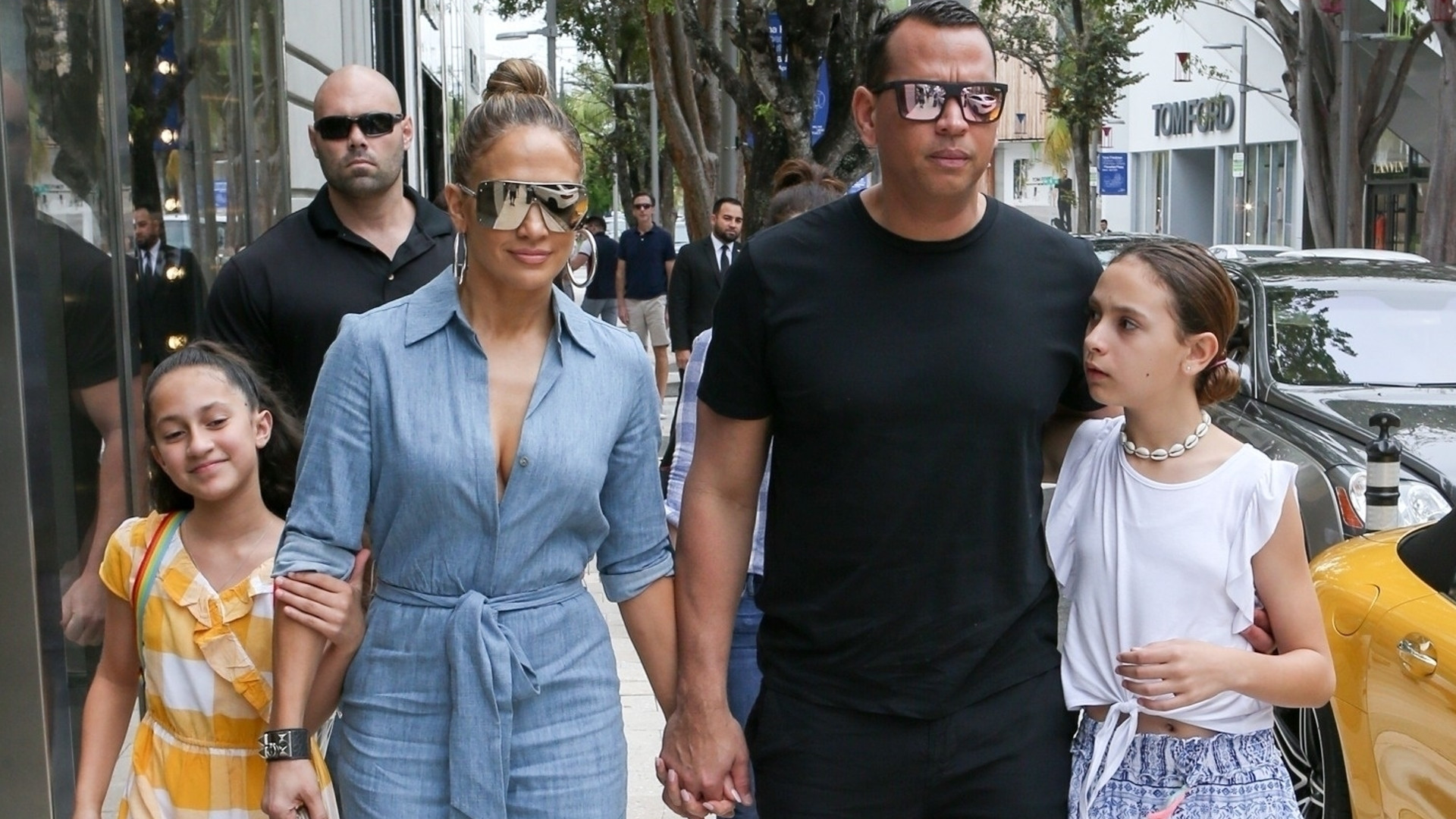 Jennifer Lopez z narzeczonym i ich wszystkimi dziećmi idą na lunch i wzbudzają sensację na ulicy (ZDJĘCIA)