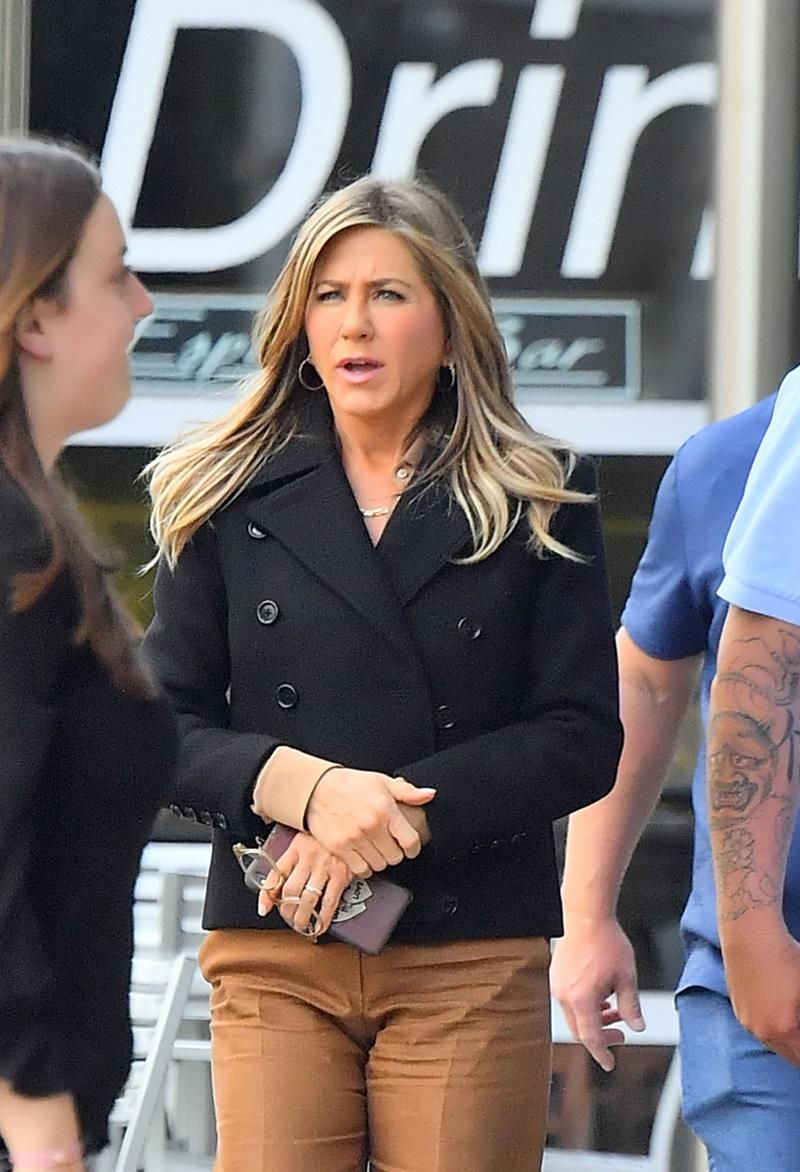 Jennifer Aniston w brązowych spodniach