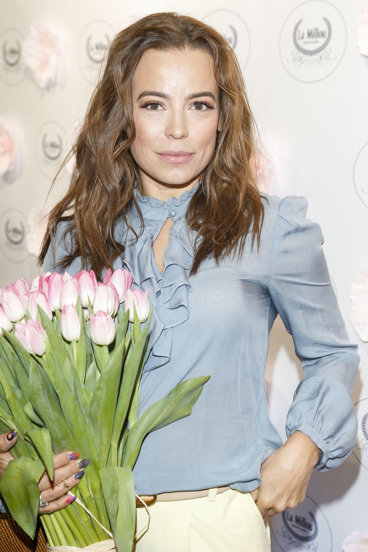 Anna Mucha w błęktinej bluzce z żabotem