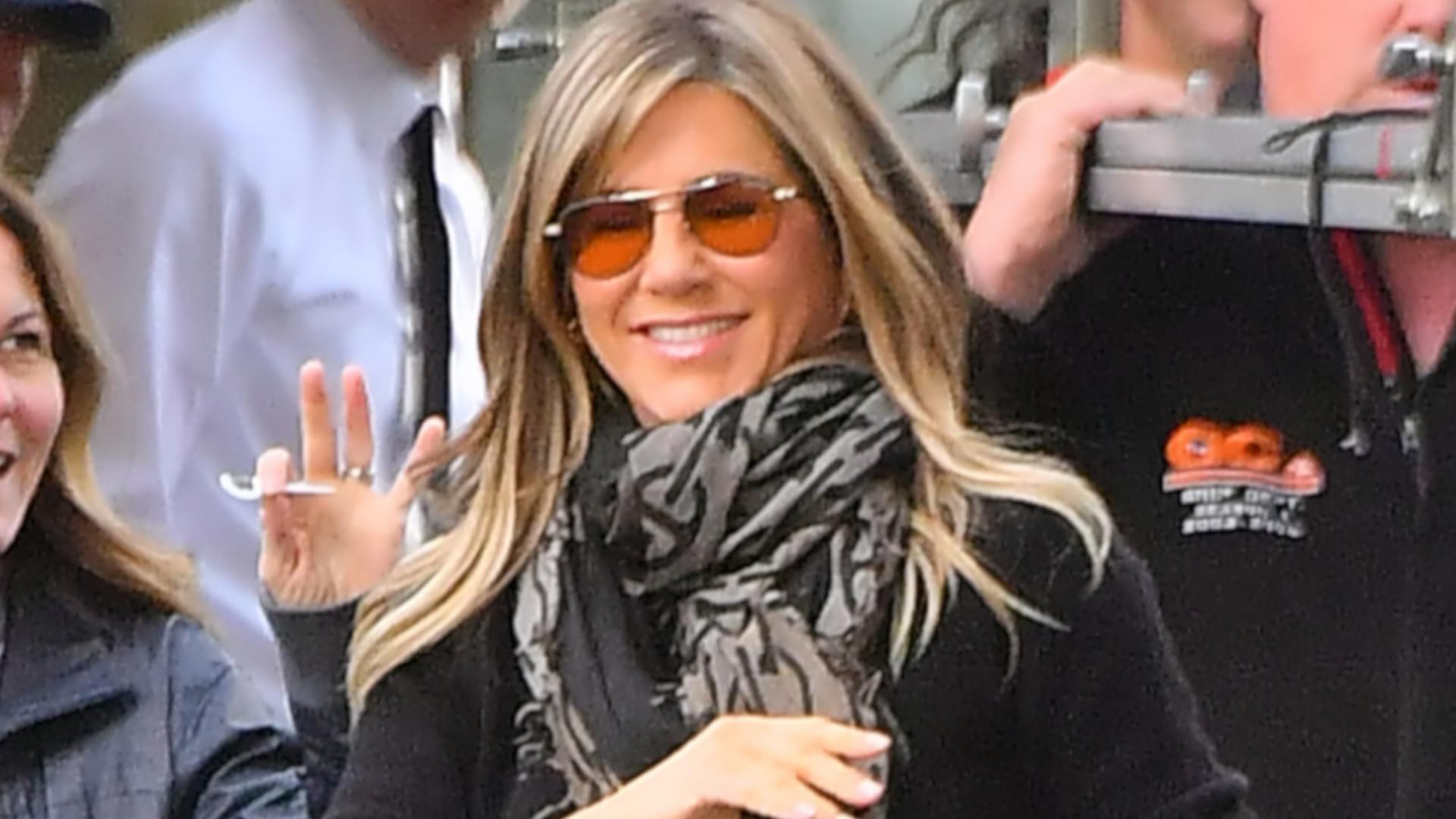 Jennifer Aniston w obcisłych jeansach, uśmiecha się, macha do fanów – promienieje! (ZDJĘCIA)