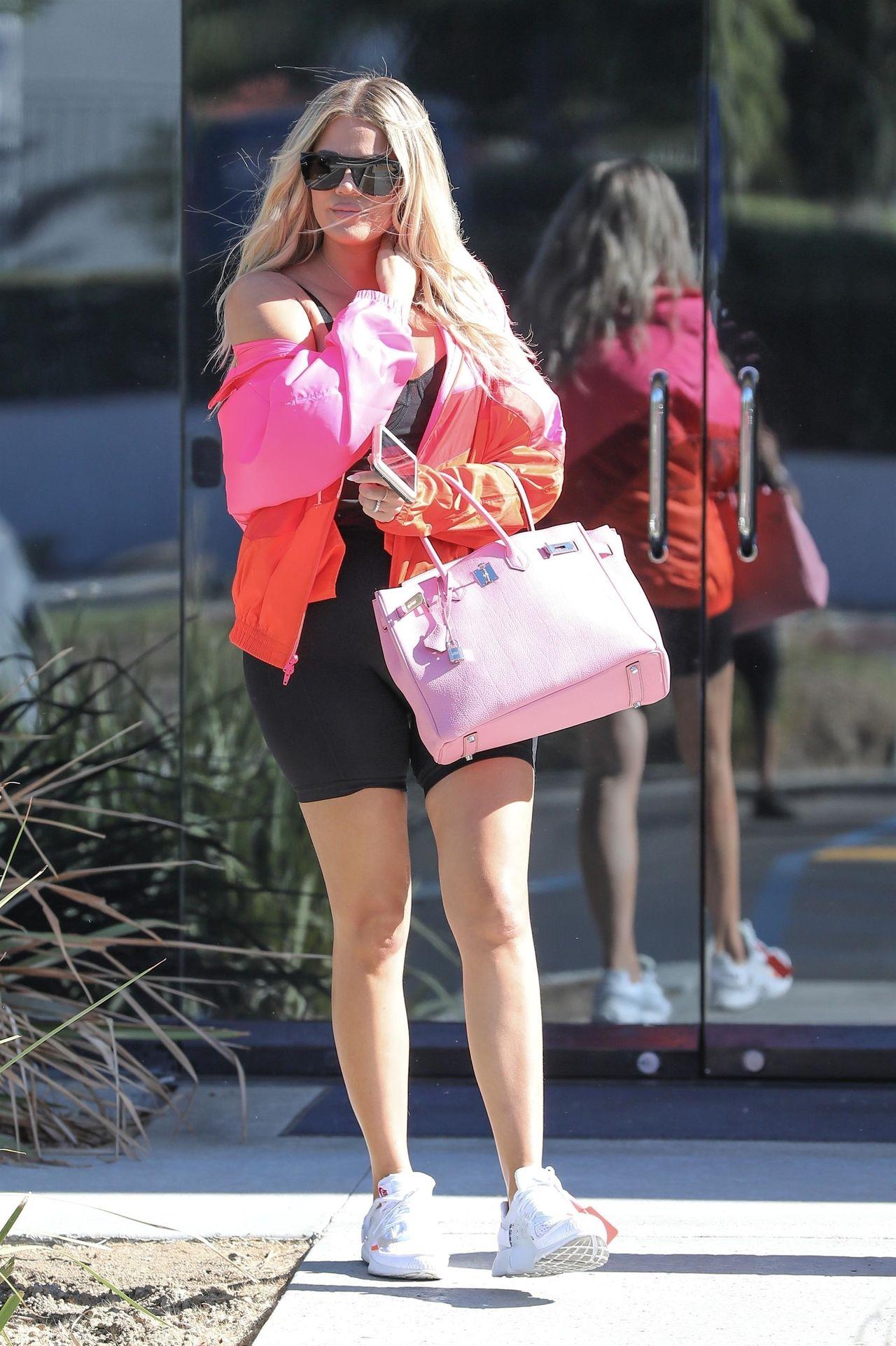 Khloe Kardashian w krótkich legginsach