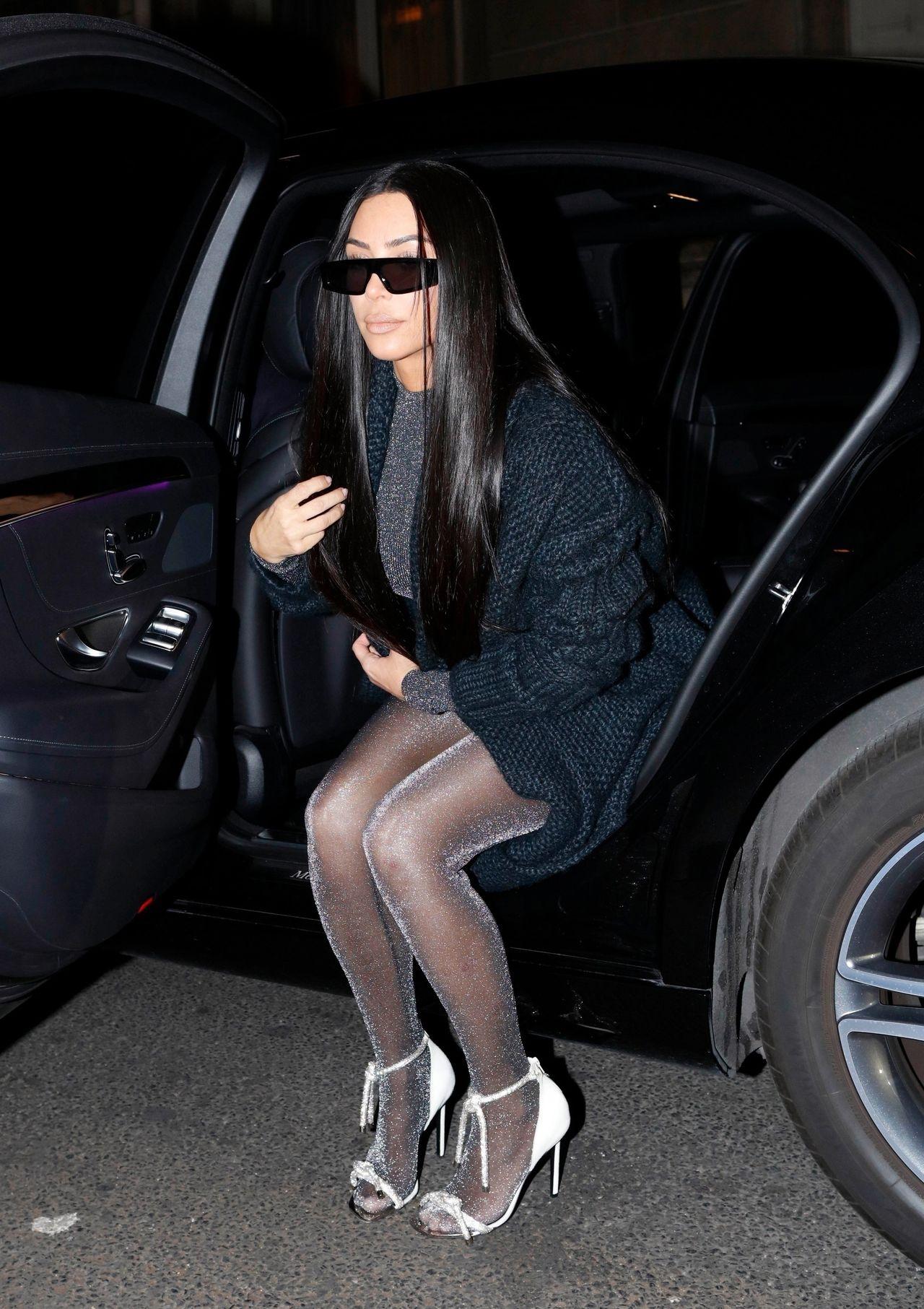 Kim Kardashian shows off her famous curves in sparkling grey unitard as she leaves her hotel in Paris / No credit / BACKGRID , kod: Kim Kardashian