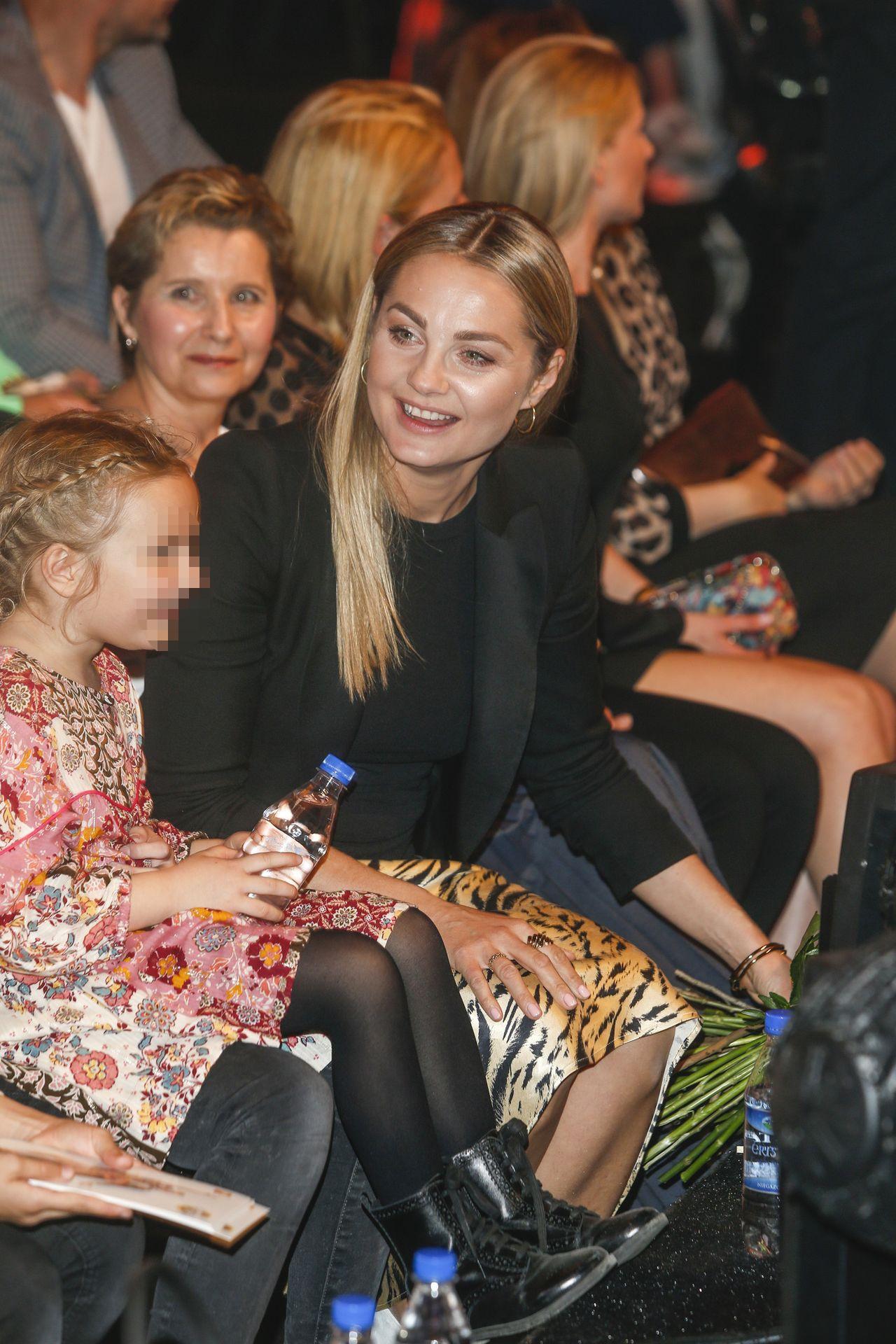 Małgorzata Socha z córką Zosią na widowni Tańca z gwiazdami