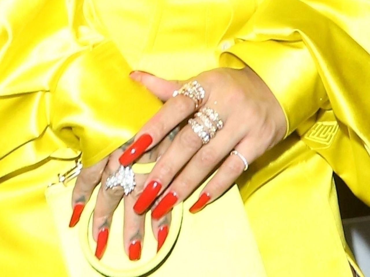 Manicure i biżuteria Rihanny