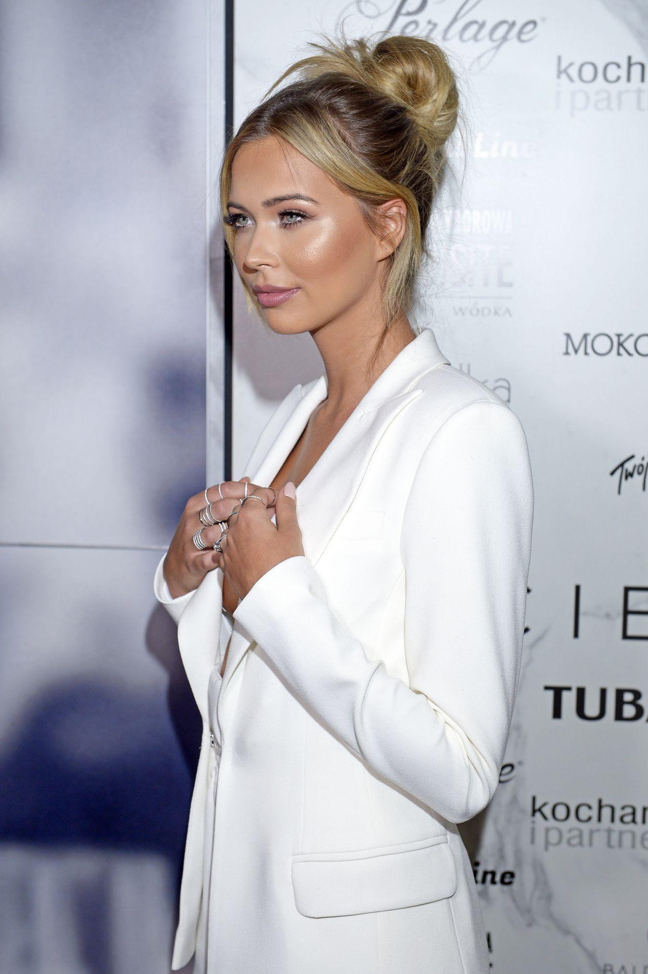 Sandra Kubicka w białym garniturze.