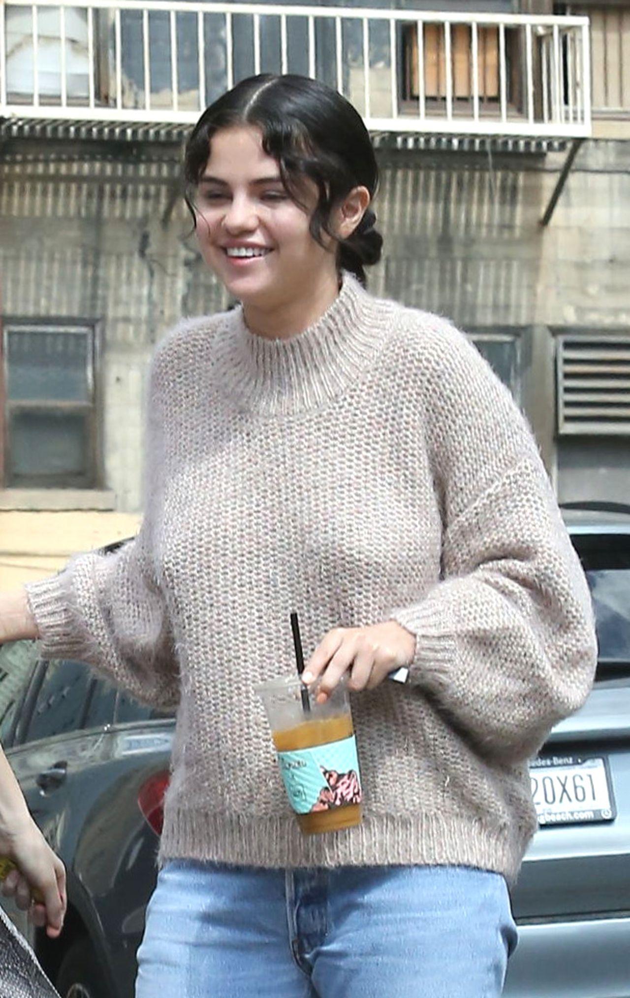 Selena Gomez w swetrze przed kościołem