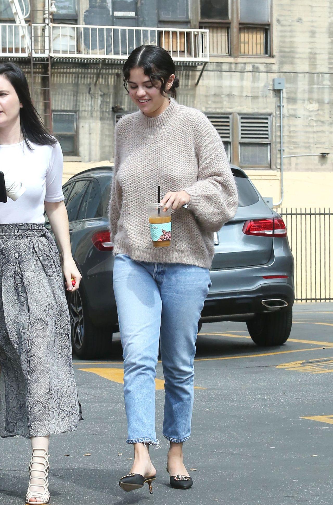 Selena Gomez w dżinsach