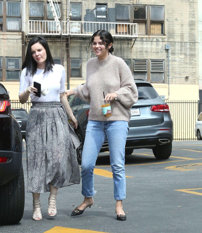 Selena Gomez w dżinsach i niedbałej fryzurze przed kościołem
