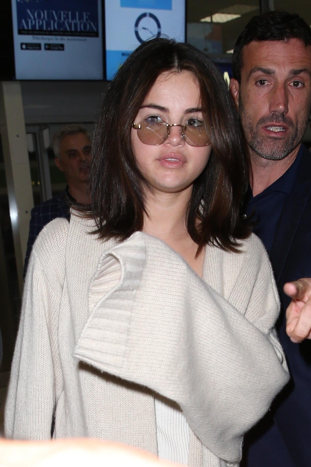 Selena Gomez w nietypowym stroju na lotnisku we Francji