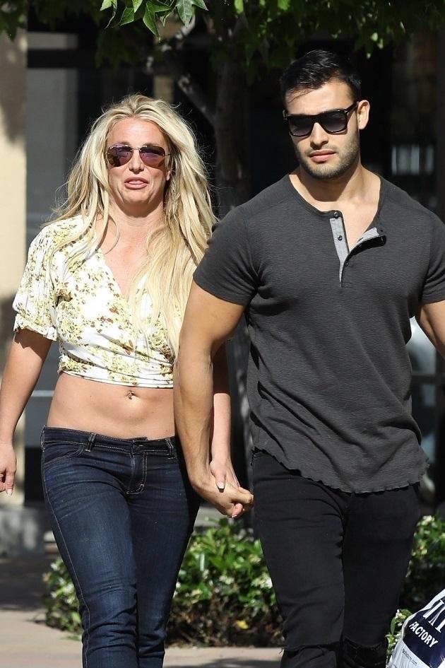 Britney Spears na zakupach z chłopakiem i BRZUCHEM na wierzchu. Ma się czym pochwalić?