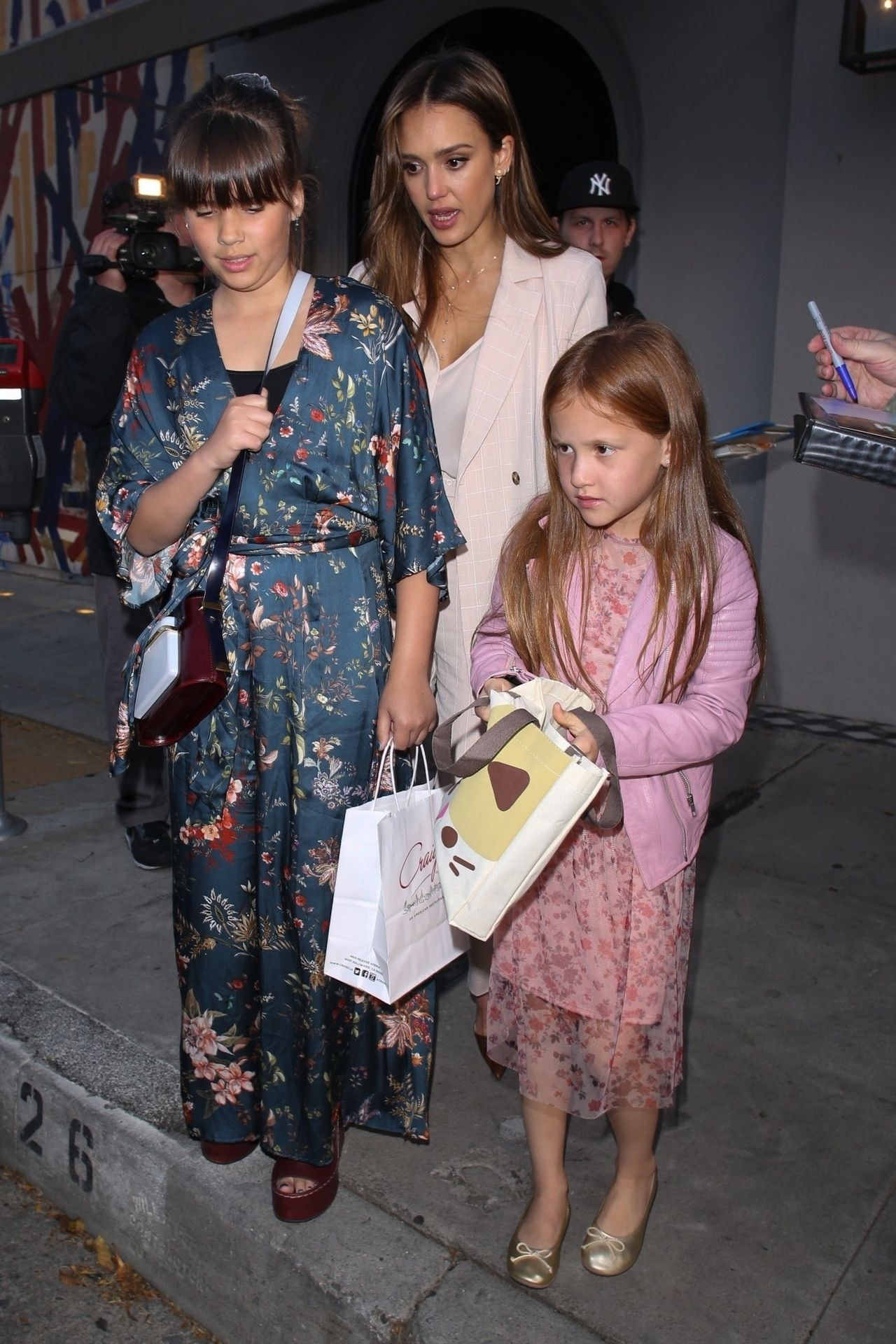 Jessica Alba has an early dinner with her daughters at Craig's