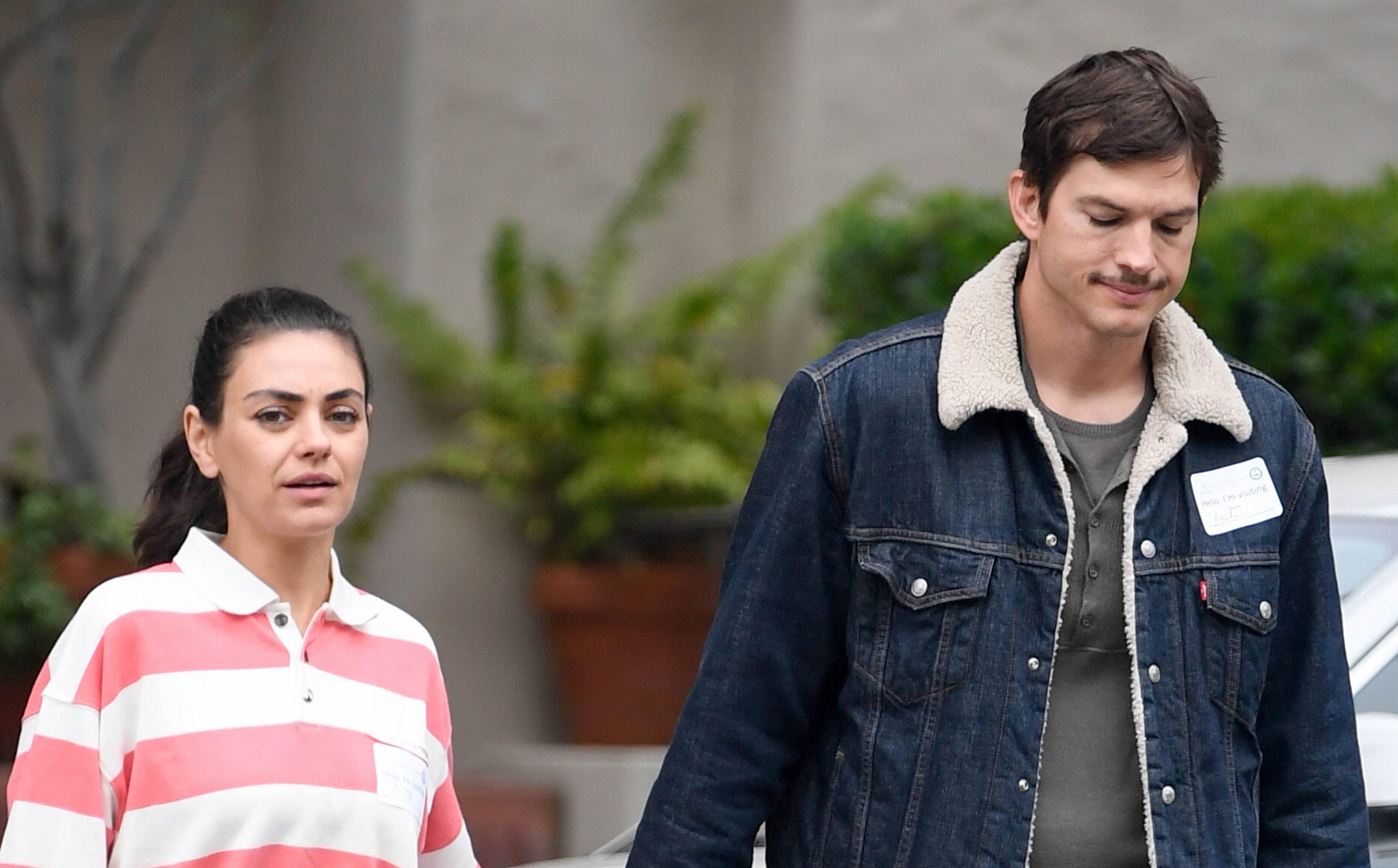 Załamany Ashton Kutcher z WĄSEM – na spacerze z Milą Kunis