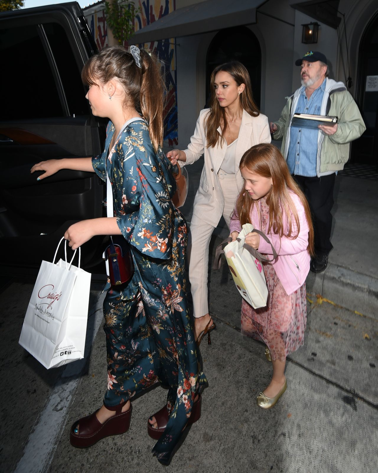 Jessica Alba Takes Daughters to Craig's