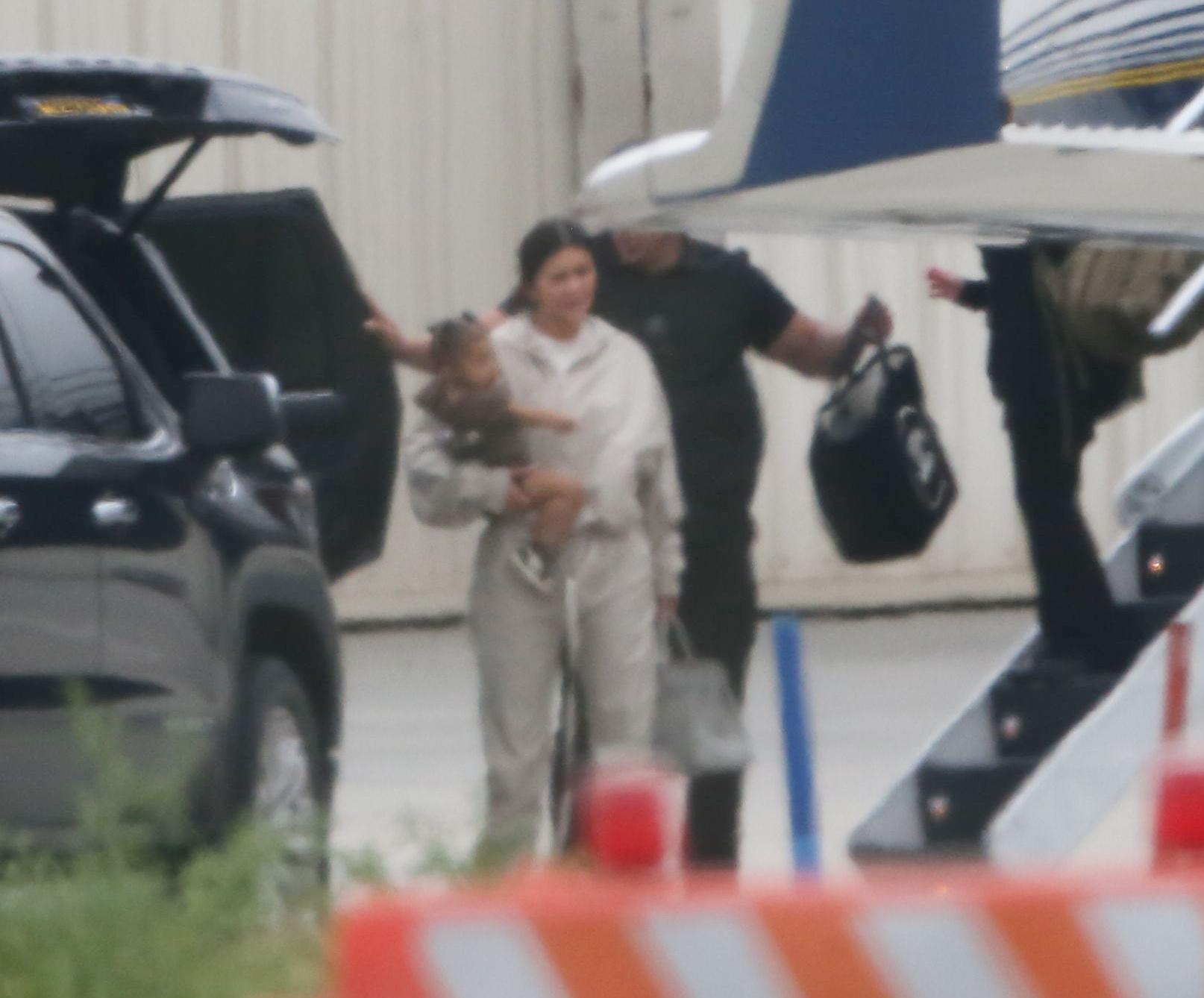 Kylie Jenner wychodzi z samolotu ze Stormi na rękach