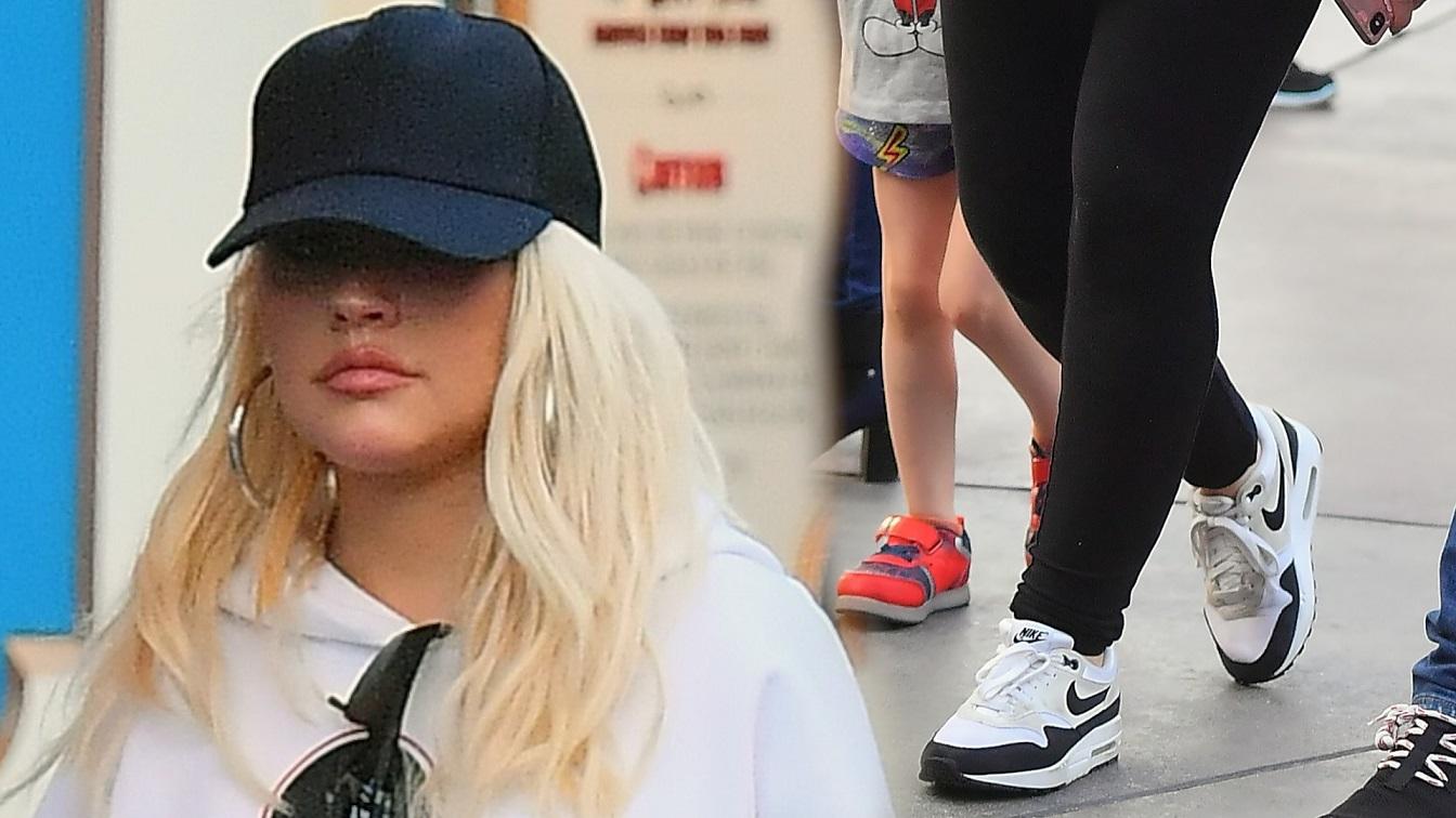Christina Aguilera w Disneylandzie z dziećmi i mężem. Znowu PRZYTYŁA